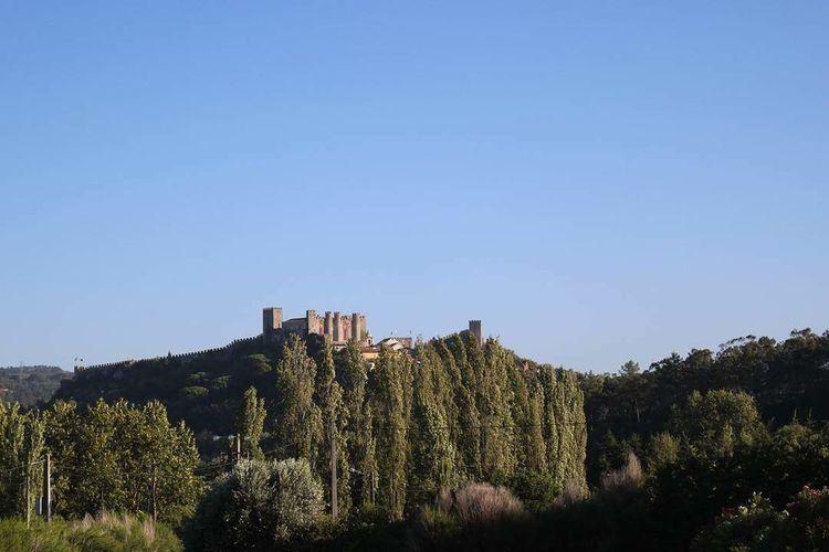 ao fundo um castelo History Castelo Óbidos  View Day