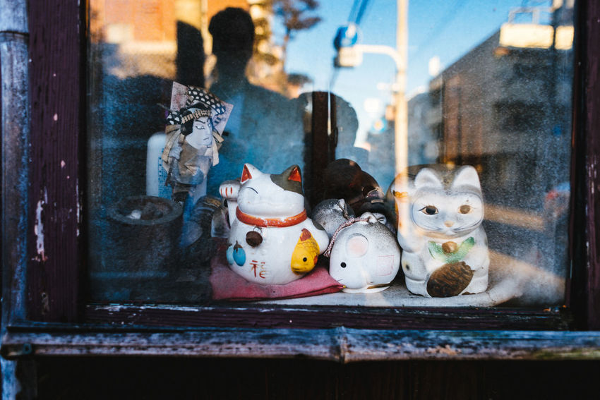 Maneki Neko old school Architecture Art And Craft Building Exterior Built Structure Cat Close-up Day For Sale Human Representation Indoors  Lucky Cat Maneki Neko No People Retail  Store Window Yana