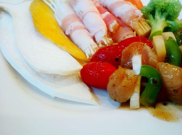บาร์บิคิวปิ้งย่างแบบไทยๆ Food And Drink Food Fruit Freshness Indoors  Healthy Eating Selective Focus Close-up Temptation Indulgence French Food Ready-to-eat Serving Size Plate Red บาร์บิคิว