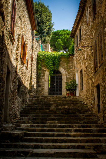 Walking the amazing town of Besalú in beautiful Catalonia, Spain Architecture Catalonia Catalunya Catalunyaexperience Cataluña España Europe Garrotxa Girona Medieval SPAIN Steps Streetphotography Town Travel Travel Destinations Travel Photography Traveling