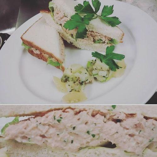 ~sweet lemon tuna sandwich mixed with garlic pepper lots of salt and lemon ~ Sandwitch Food Plate Lemon Tuna Parsly Salad Healthy Healthyfood