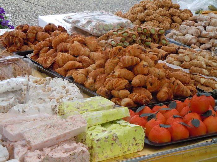 Süßigkeiten - italienischer Markt Marktstand Süßigkeiten Kandierte Früchte Crossaints Blätterteigfülkungen Schaumrollen Köstlich Close-up Sweets EyeEm Selects Dried Fruit Market Street Market Various Market Stall