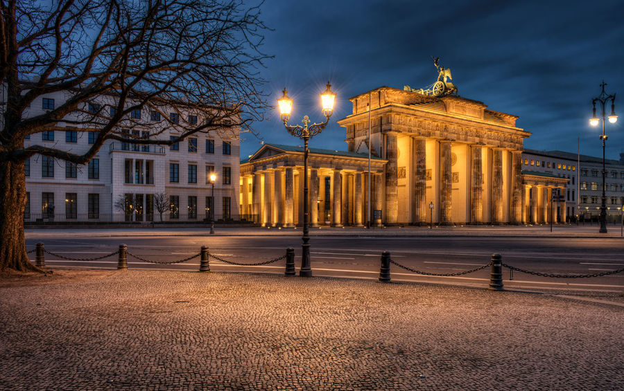 Architectural Column Architecture Beleuchtung Berlin Blaue Stunde Brandenburger Tor Building Exterior Built Structure City Hanging Out Illuminated Lampen M Night No People Outdoors Sehenswürdigkeiten Sky Strawberry Street Light Tiergarten Travel Destinations Wahr