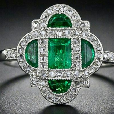 Bu foto arsivimden cok begendigim bir Artdeco parca . Elmas tas kesimleri artik daha farkli,uzucu olan ise artik bu tonda Zümrüt bulmak cok zor😳Diamond Emerald Ring Antiquejewelry Aboutjewelry Jewelblog Jewelporn Instafashion Jewelrylovers Jewellery Jewelryswag Jewelry Highjewellery Antique Period Arthistory Gemstones