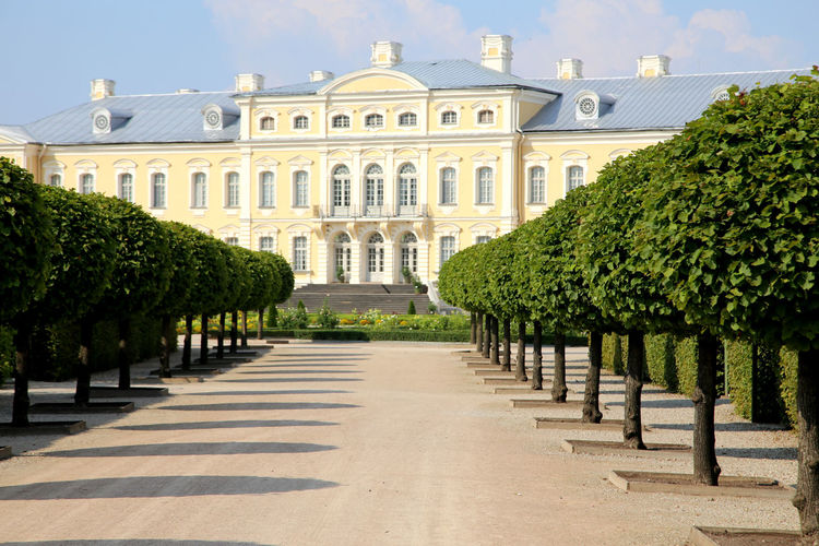 klare Linienführung der Allee im Park des Schloss Rundale. Rundales Pils alley shows clear and strict alignment Alley Architecture Baroque Garden Bauska Castle Gartenanlage Latvia Latvia Riga Latvija Midday Pils Rundale Rundales Pils Sight Strolling Down The Alley