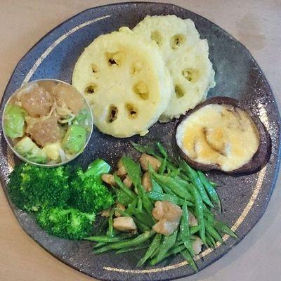 今日の我が家の晩御飯シリーズ レンコンの天ぷら 備長マグロとアボカドとシラガネギ 椎茸のチーズ焼き ブロッコリー