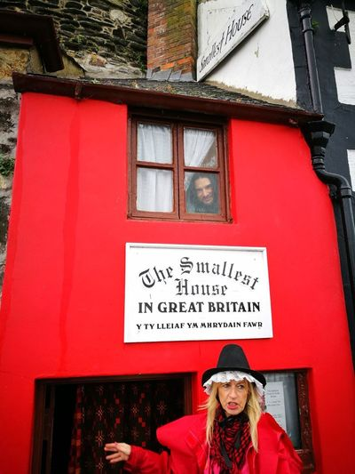 Smallest House In Conwy Red Red Buildings Colorful Architecture Me Me In Window