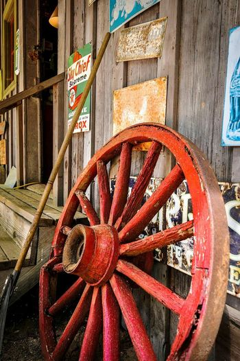 Stately Oaks Plantation Wood - Material Outdoors Wagon Wheel Day No People Rural Scene Stately Oaks Plantation Plantation Old-fashioned Georgia USA Travel Exploring Discovering EyeEm Best Shots Vintage Wooden Structure Old Wood Colorful Building Exterior Architecture Rusty Red The Street Photographer - 2017 EyeEm Awards The Great Outdoors - 2017 EyeEm Awards