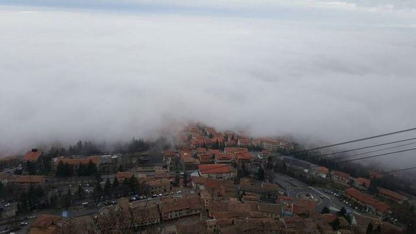Borgo Maggiore con la nebbia Sanmarino Fog Italy Emiliaromagna Seafog Volgosanmarino Volgoitalia Volgoemiliaromagna Visitsanmarino Igersitalia Paesaggioitaliano Panoramicview