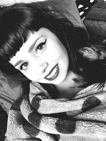 Bettie vibes ❤️💄 Bettie Bangs Pin Up Messy Hair Retro Pin Up Hair Rockabilly Dressing Gown Smile ✌ Lipstick Blackandwhite Eyeliner♥ Makeup