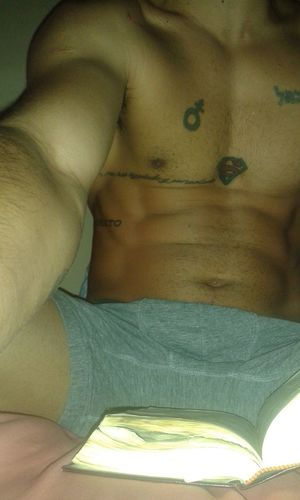 Honrando a mi padre... Read Man Sexyman SexyTattoos Abs Chest Bible Morning Home Bed Sexyman Tattooedman Abdomen