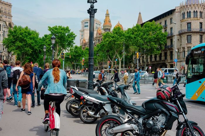 Barcalona is such a colourful and cozy city! ×España City Barcelona, Spain Barcalona Motorcycles Tourism Tourist Tourist Destination Buildings Barcelona Streetphoto Streetphotography The Street Photographer - 2016 EyeEm Awards Park City View  Traveling My Favorite Picture  Eye4photography  Action Shot  Action