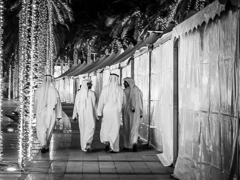 Black&white Blackandwhite Blackandwhite Photography Casual Clothing City Life Dubai Dubaicity Emarati Friends Gulf Kandora Lifestyles MyDubai ❤ Outdoors Streetphotography The Photojournalist - 2016 EyeEm Awards The Street Photographer - 2016 EyeEm Awards Traditional Clothing Unitedarabemirates