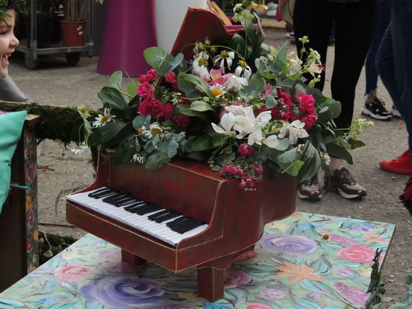 Bouquet Day Flower Flower Arrangement Flowering Plant Freshness Incidental People Keyboard Leisure Activity Lifestyles Low Section Multi Colored Music Musical Equipment Musical Instrument Nature People Piano Plant Real People Standing