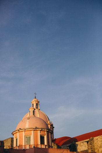 View of the parroquia santa maría de la asunción in tequisquiapan, mexico in the afternoon light