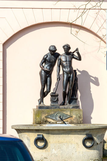Brunnenfigur Männer Architecture Art And Craft Building Exterior Built Structure Craft History Human Representation Male Likeness No People Representation Satue Sculpture Shadow Statue Sunlight Wall - Building Feature
