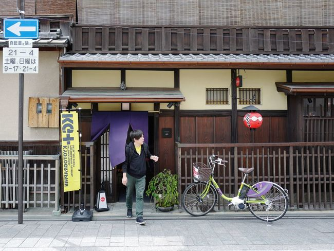 Leica Store Kyoto Snapshots Of Life Machiya Japanese Style Architecture Entrance Portal Walking around Hanami-Koji Street Photography Gion In Kyoto Leica Q typ116 28mm F/1.7 Iso100