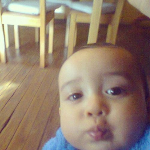 "El se saca ""selfies"" hahahaha porque eres tan bonito y redondo ! Jijijiji TiaPaula TeAmoBebe"