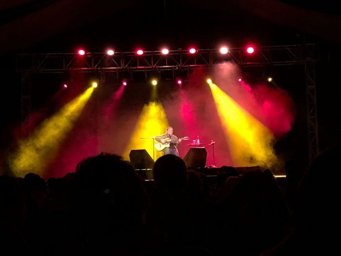 Filio Concert Guita Guitar Player Music Performance Arts Culture And Entertainment Enjoyment Stage - Performance Space Stage Lighting Equipment Event Illuminated Crowd Audience Popular Music Concert Night Nightlife Stage Light Group Of People Light - Natural Phenomenon Light Performing Arts Event Real People