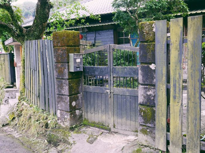 Gate with closed gate