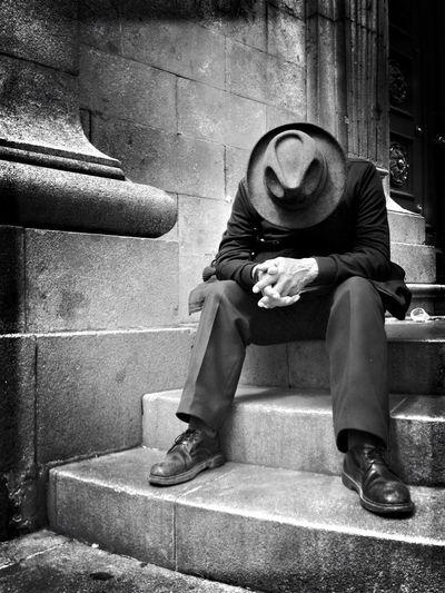 """Pausa triste"" Sitting One Person Real People People Streetphotography Blackandwhite Portrait Monochrome Bolivia Extrañoelegido EyeEm Best Shots - Black + White EyeEm Best Edits Lapaz Low Angle View"