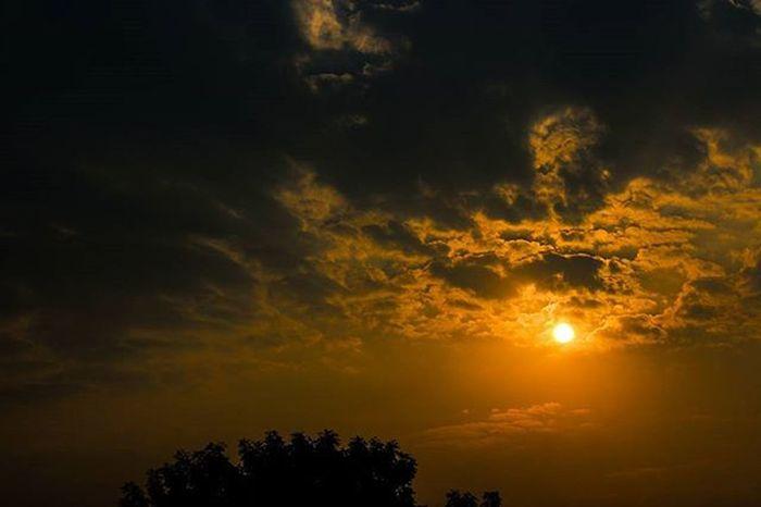 Beautiful Sunset at Agra :) . . . . . Majorthrowback Traveldiaries Delhi Cloudporn Skyporn Landscape Wanderer _oye _soi Sunet Nature Incredibleindia Canon Traveler