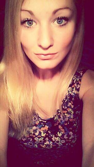 Hi! J'ai forcé sur le Maquillage, mais tant pis. That's Me avant une Party!