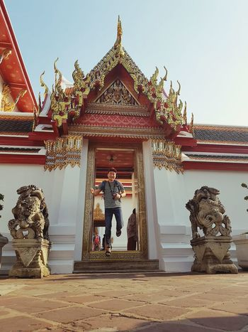 Jumping Architectural Column Visiting Buddha