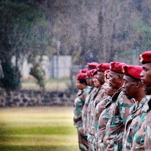 Soldate van die Suid-Afrikaanse Militêre Gesondheidsdiens staan in ligte ysreen by die Tempe-weermagbasis in Bloemfontein. Die soldate het medaljes ontvang vir hul diens tydens Mandela se begrafnis en gedenkdiens. @netwerk_24 Soldate Suid afrika Photojournalism Reen Bloemfontein Mandela Medalje