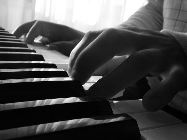 Beim piano spielen
