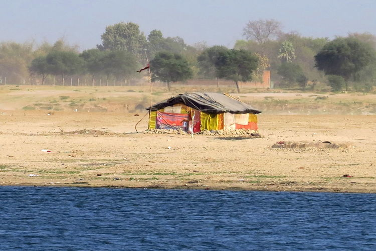 This poor shanty on the sandy deserted riverbank of Benares will be carried away at the next monsoon... Flood Flooded Zone Jerry-built House Masure Monsoon Season Mousson Poor Shed Sandy Riverbank