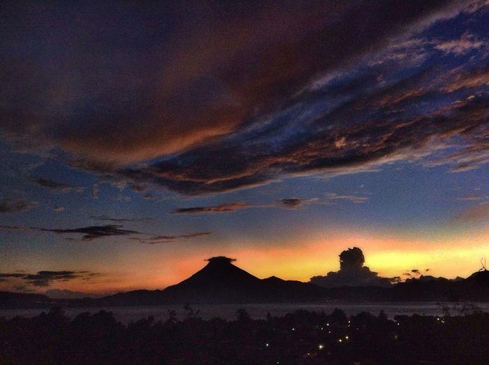 😔🎒👒👣👣👣..... I don't know.... Maybe I should change everything... Guatemala Taking Photos Mi Pana Lago De Atitlan Sunset Atardecer My Perfect Place. Athome