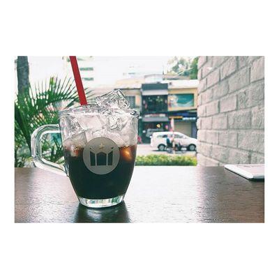 入った途端に「アニョハセヨ~」と挨拶されるコーヒー屋さん、Hollyscoffee Vietnam とりあえず今日は独立記念日なので、たか散歩 します ベトナム カフェ アイスコーヒー ベトリナ Having iced coffee at Hollyscoffeevn and feeling so secure right now *phew* It's Independenceday here 🙌