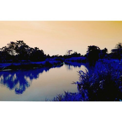 "Jembatan Sisi Sungai | Cerita_instagram Setiap petang, aku akan melintas dengan sepeda kumbang pada sebuah jembatan. Ku rasai, bau belerang selalu tercium. Terkadang, samar-samar diterpa angin. Lebih sering, menyengat menusuk hidung. Jika jarak sepuluh meter sebelum jembatan, sering terlihat tiga sisi jalan di samping kanan juga kirinya. Seperti jalan yang akan membawa kita pada terowongan tanah gelap. Seminggu belakangan ini, ku jumpai pula tiga pria pencari emas pada sungai di sisi kiri jembatan. Dengan bajunya yang lusuh, mereka berendam memilah batu. Lalu aku akan tiba di rumah seperti biasa. Saat matahari tenggelam sempurna. Sore itu, usai meletakkan dagangan, ku nyalakan televisi. Kabar tenggelamnya tiga pria pencari emas pun tersiar. Mereka telah hilang sejak seminggu lalu. Rambutku serasa berdiri. Mataku terkejut. Jantungku berpacu. Aku terkesiap. ""Oh! Mereka berusaha mencari emas,"" kataku. Shortstory Travelwriter Amazingindonesia allshots_ igcapturesclub ig_worldclub ig_clubaward ig_captures igerscity_ma igs_indonesia igs_photos igs_nature iloveindonesia instanusantara river sky bridge instagrammer instashot_id instabeauty instagood instashot_ve describeindonesia backpacker traveltheworld"