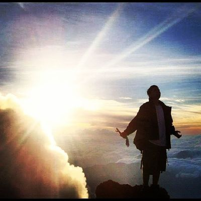 Puncak Gunung Kerinci 3.805 m dpl ketika sang surya terbit dari ufuk timur, ia menyelinap di balik punggung danau gunung tuju. Momen Chantik @antrasaiskandar Adventure Sunrise Shadow Sun Exploreindonesia Wowindonesia Instagram Instasunda Backpacker Gunung Sumatrav Instameetjakartaid INDONESIA Loveindonesia Nature Fotograferamatir Kamerahpgw