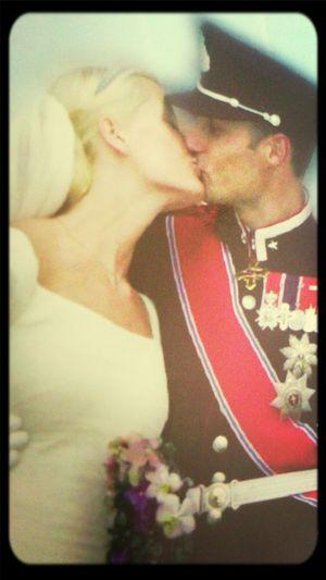 Brudeparet Kysser På Slottsbalkongen.