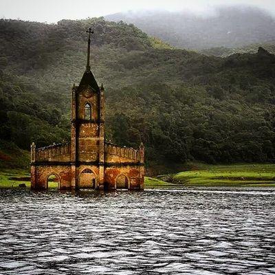 Antigua iglesia de la población de Potosí, que fue inundado por el embalse la honda, en el complejo hidroeléctrico Uribante-Caparo, en Tachira  , Venezuela . En épocas de sequía parte del pueblo sale de entre las aguas para mostrar su fantasmal figura. Gotravelfree Gf_venezuela Gf_colombia Destinomaschevere Tequierovenezuela Thisisvenezuela IG_GRANCARACAS IgersVenezuela Insta_ve Instapro_ve IG_Venezuela InstaLOVEnezuela Instafoto_ve Igerssc Instavenezuela Ig_southamerica Ig_merida Ig_colombia Icu_venezuela Ig_tachira Instaland_ve Visitvenezuela Venezuelaforum venegramers venezuelainsite venezuelatravel venezuelaes venezuela_captures