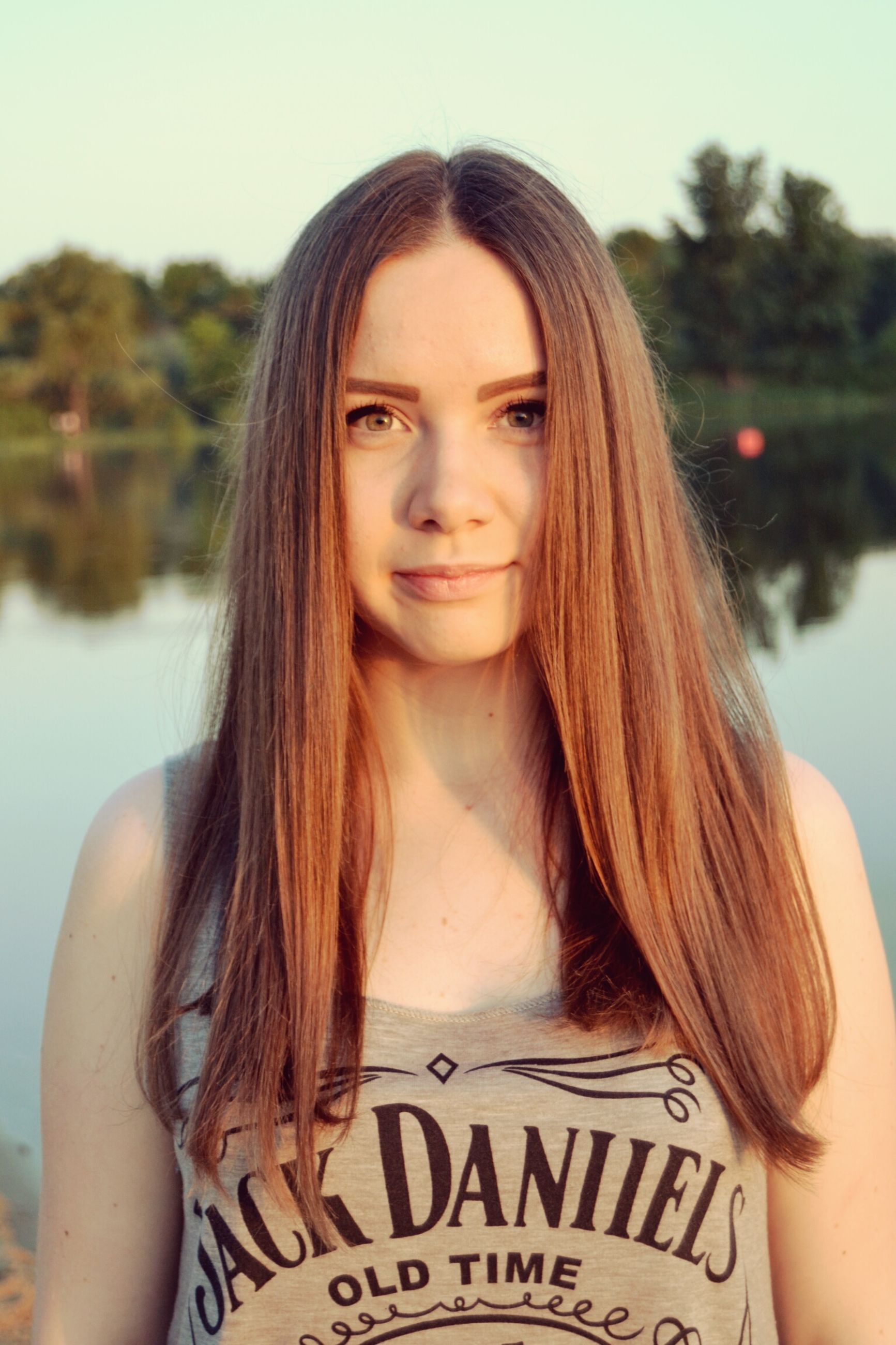 young women, long hair, young adult, person, lifestyles, portrait, looking at camera, leisure activity, brown hair, front view, smiling, waist up, focus on foreground, casual clothing, medium-length hair, headshot, beauty
