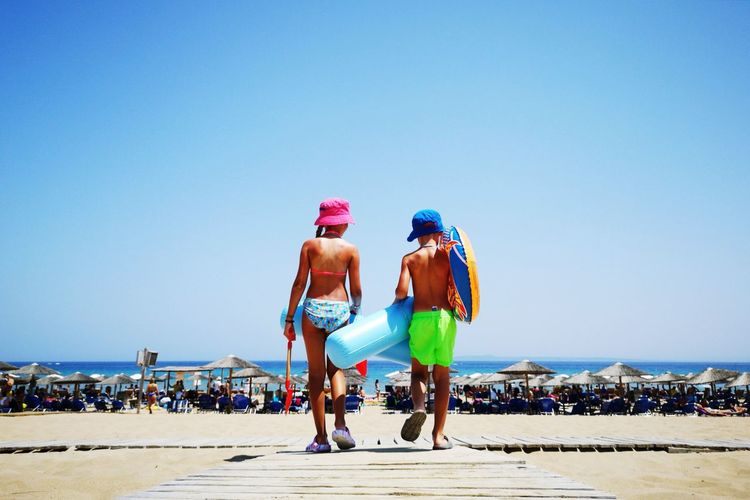 🏖️ Greece Huawei Huaweip20pro Banana Beach Sea Landscape Two People Friendship Friend Crowd Headwear Young Women Full Length Clear Sky Togetherness Women Beach Blue Sport Friend