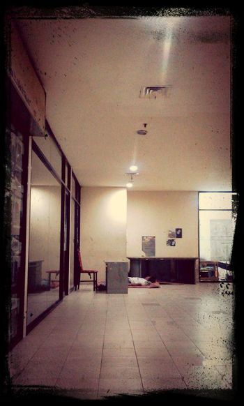 menunggu sore di sela sela gedung kota malaysia