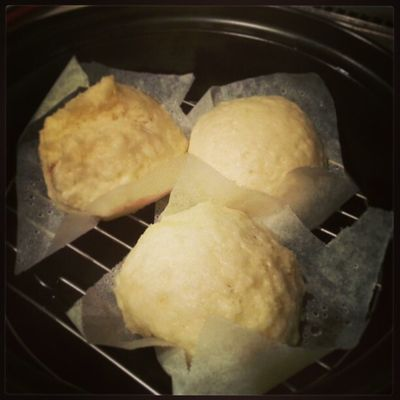 夕ごはんの角煮入りチマキ(買ってきたもの)の残り物で中華まんリベンジ。2個は角煮入り、もう1個はクリームチーズ&キャラメルのコンフィチュール入り。キャラメルがとろっとしてうまー!。角煮入りは明日の朝ごはん予定。 LR1