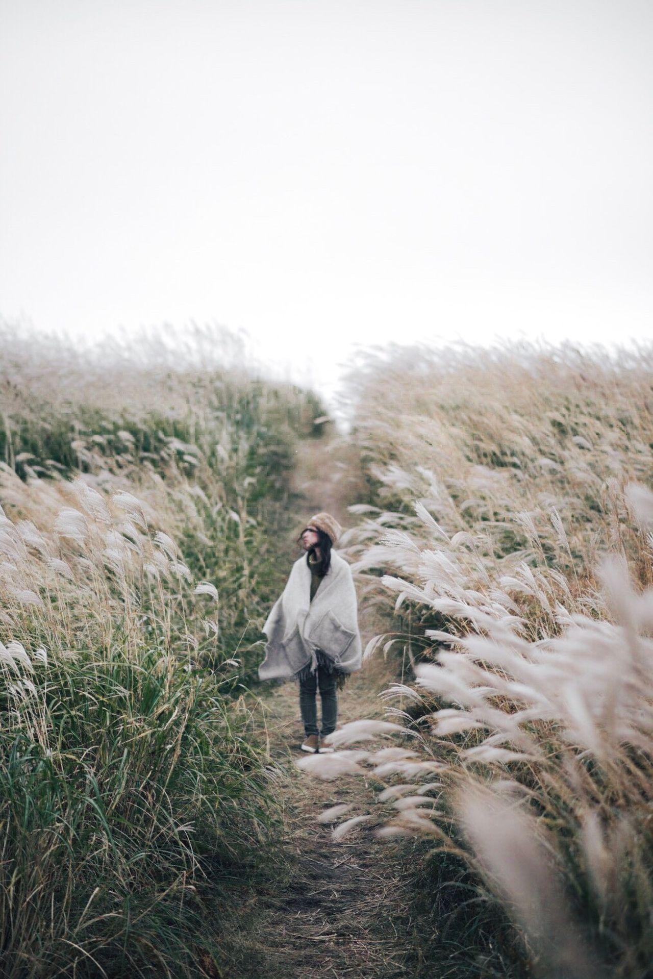 FULL LENGTH OF A WOMAN WALKING ON LANDSCAPE