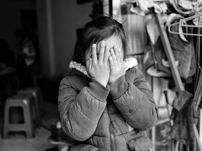 害羞的小女孩 The Week on EyeEm Monochrome Blackandwhite Little Girl One Person Indoors  Real People Human Hand Human Body Part Day People Press For Progress The Portraitist - 2018 EyeEm Awards The Portraitist - 2018 EyeEm Awards
