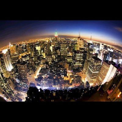 City of Light. Foto di ambil dari gedung Rockefeller Center. Teori bahwa bumi itu bulat memang benar. 45 Rockefeller Plaza, New york, NY