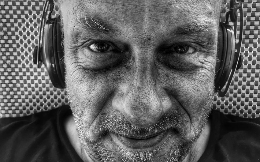 Musik hören EyeEm Best Shots - Black + White EyeEmNewHere Self Portrait Blackandwhite Schwaben Italy Portrait Looking At Camera One Person Headshot Front View Close-up Real People Lifestyles Mid Adult Body Part Adult Indoors  Human Face Music Human Body Part Leisure Activity Arts Culture And Entertainment Men This Is Aging EyeEmNewHere Visual Creativity