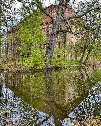 Das Wasserschloss Tauchritz wurde 1686/87 auf den Grundmauern des mehrere Jahre zuvor abgebrannten Schlosses als Barockschloss neu erbaut. 1945 wurde es enteignet und u.a. als Schule genutzt. Seit 1987 steht das Gebäude am Südufer des Berzdorfer Sees leer und wartet auf eine Sanierung und anschließende Neunutzung. Görlitz Tauchritz Sachsen Deutschland Germany Schloss Castle Zamek  Sogehtsaechsisch Simplysaxony Wwim13_goerlitz Ig_germany Igersgermany Ig_deutschland Igersdeutschland Bestgermanypics Loves_united_germany MeinDeutschland Diewocheaufinstagram Lostplaces Ig_urbex Urbexworld Urbex_rebels Urbanromantix Srs_germany wanderlust reflection travelphotography travelblogger reiseblogger