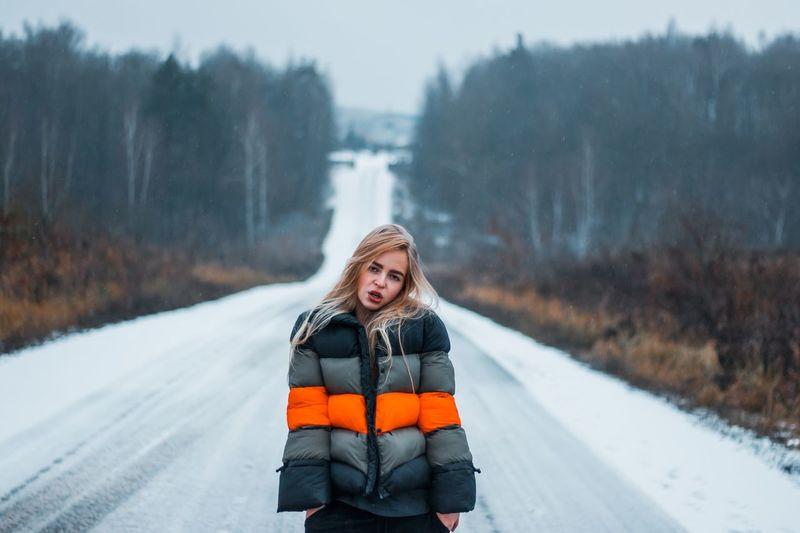 28 декабря. PACO навсегда. Я никогда не забуду нашу поездку в Москву. И эта песня навсегда у меня в голове. Навсегда. Жаль что всё так. Я не знаю. Всё ужасно. И. Ничего не сделать. Я знаю. Это болото. И я почти утонула в нем. Winter Cold Temperature Snow Clothing Warm Clothing Snowing One Person Road Transportation Looking At Camera Nature Tree Real People White Color Young Women Portrait Day Young Adult Outdoors Scarf