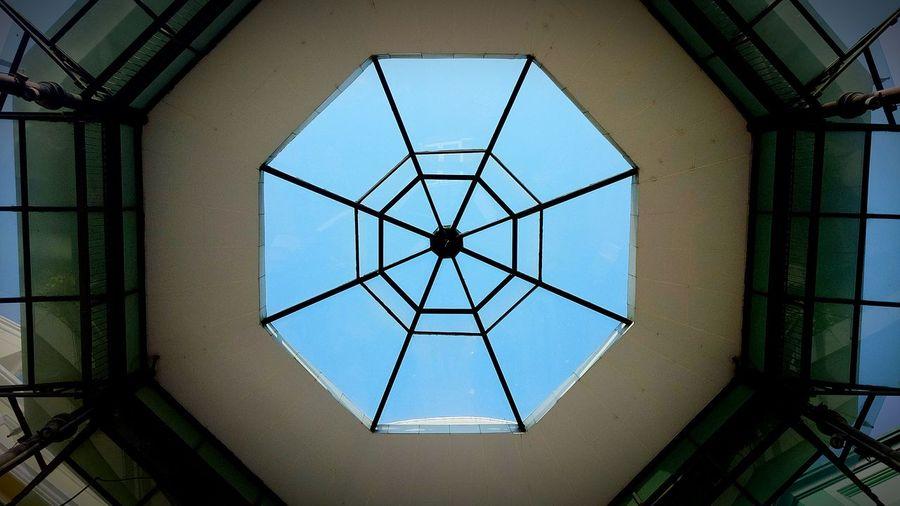 หน้าต่าง Sky Light View Shadows & Lights Window Frame Window Box หน้าต่าง Symmetry Concentric Abstract Pattern Directly Below Backgrounds Geometric Shape Close-up Architecture