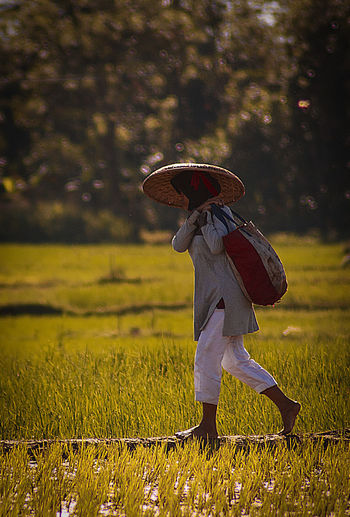 Only Women People Women Indonesian Street (Mobile) Photographie Humaninterest INDONESIA Asian Style Conical Hat EyeEm Selects Canonphotos Beauty In Nature Real People Lifestyles