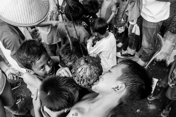 Bestmoment Indonesianstreetfoto Independence Day Maklumfoto Street Art Humaninterestphotography Bnw Streetphotography Bnw_collection Bestculture Hanging Out